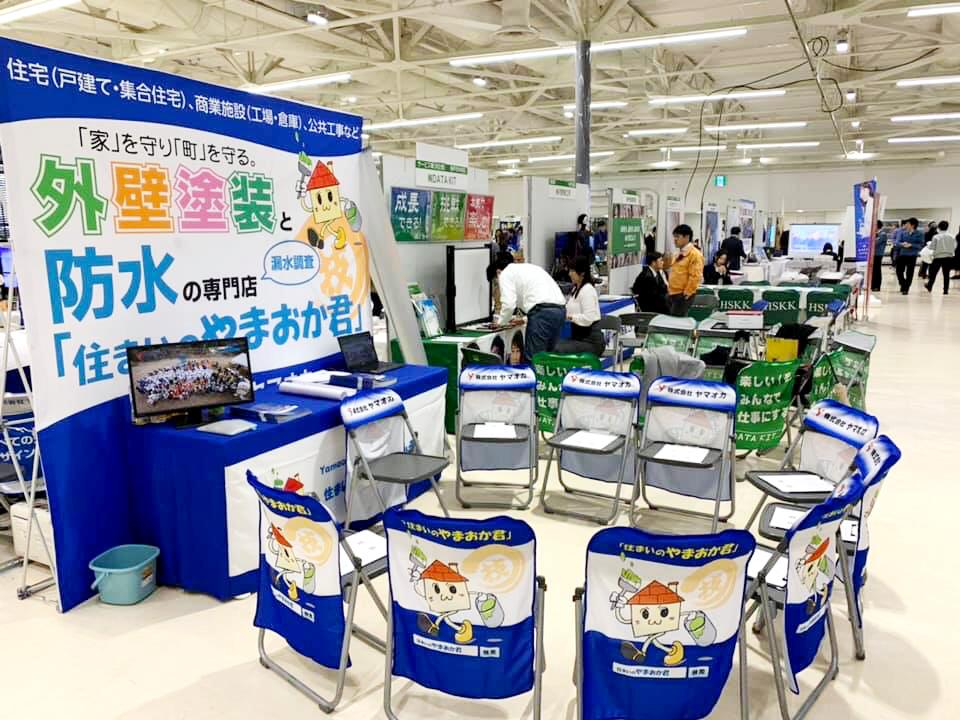 説明会や展示会で企業アピールできる、椅子カバーやテーブルクロスの制作実例です